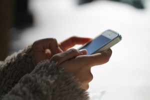 ragazza chatta smartphone