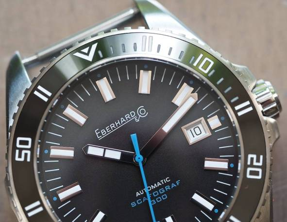 The dial of the Scafograf contains great matte finishing and nicely designed date bezel