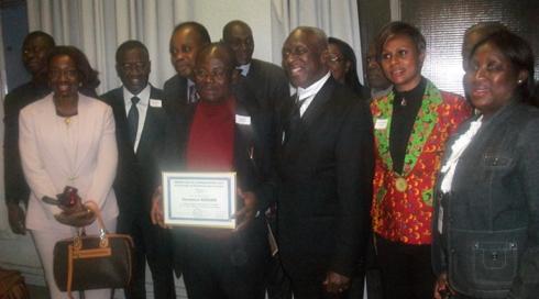 Le lauréat du Grand prix littéraire brandit fièrement son diplôme.