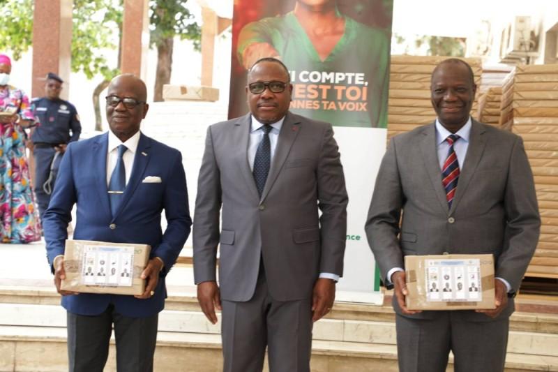 Les représentants des candidats Alassane Ouattara etKonan Kouadio Bertin autour du président de la Cei, Ibrahime Kuibiert-Coulibaly (DR)