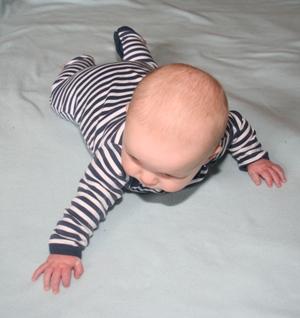 kleiner Junge im Streifenstrampler