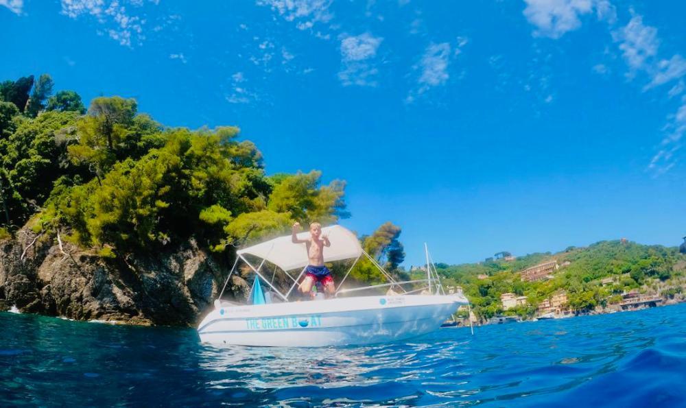 Ben springt vom Motorboot