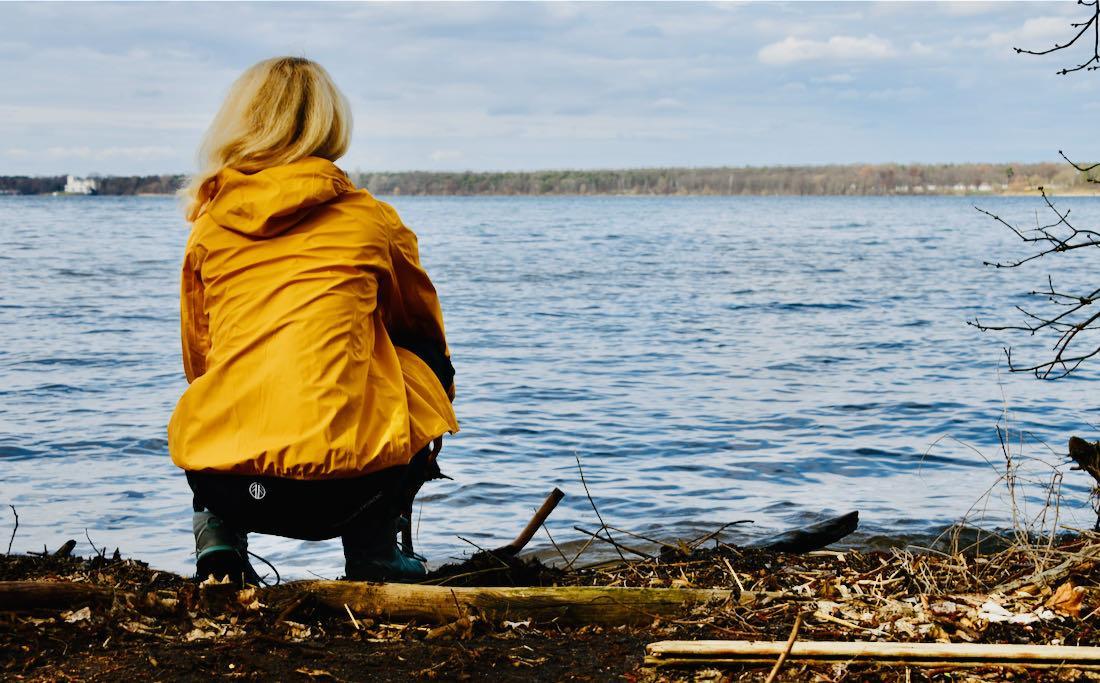 Beyond Nordic - Melanie schaut auf den See