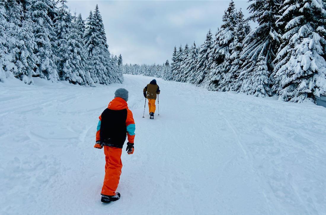 Flo und Ben wandern auf der Skipiste vom Fichtelberg