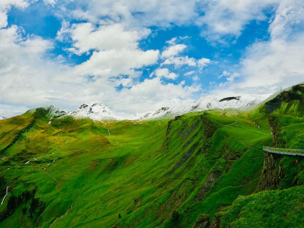 Grüne und weisse Berge in der Schweiz