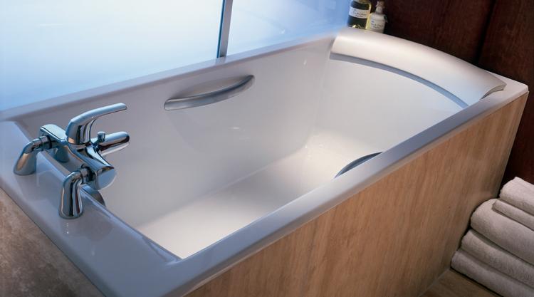 la baignoire fonte emaillee biove est large et profonde dimensions 170 75 livree sans pieds et sans vidage poignees et coussin en option