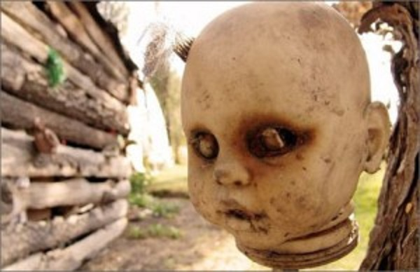hanging-head-at-island-of-dolls