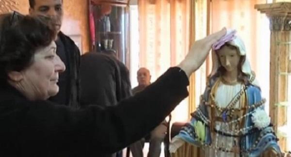 weeping-statue-in-tarshiha-hand-prayer