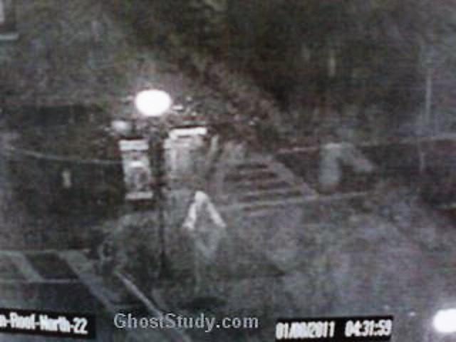 Un officier de sécurité capture un fantôme devant la caméra