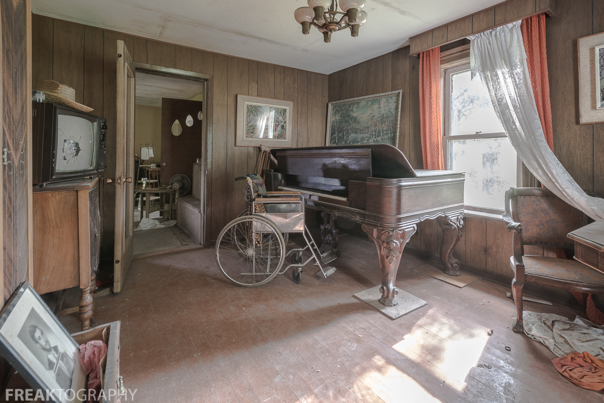 Urban Exploring a Perfectly Preserved Abandoned Time Capsule House