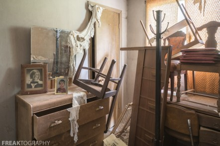 A Bedroom the perfectly preserved abandoned time capsule house. Urban Exploring Gallery of a Perfectly Preserved Abandoned Time Capsule House in Ontario, Canada by Freaktography. Canadian Urban Exploration Photographer