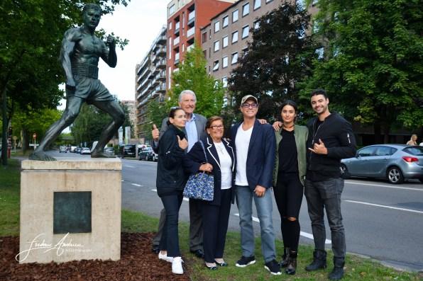 JCVD en famille pour sa statue erigée à Bruxelles