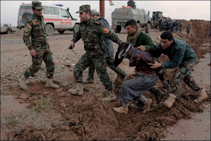 Les réfugiés fuyant les secteurs encore dominés par Daesh, affluent vers la zone maintenant contrôlée par les Peshmergas, des elements de ISIS infiltrés ont été signalés parmis eux. Un des suspects capturés est emmené pour interrogatoire au quartier général de campagne des commandos peshmerga Zeravani.