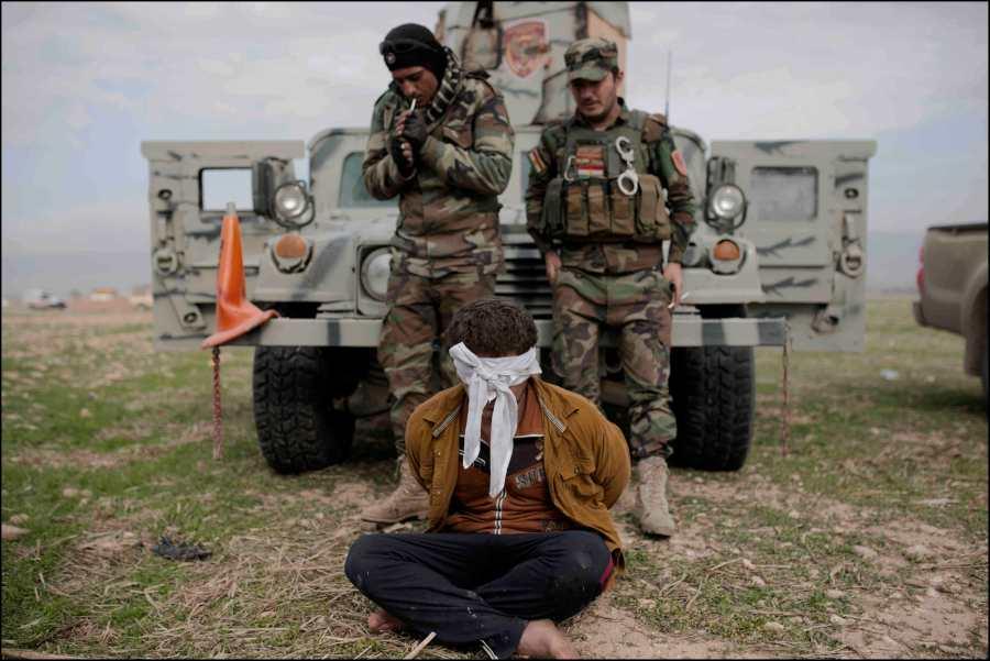 Les réfugiés fuyant les secteurs encore dominés par Daesh, affluent vers la zone maintenant contrôlée par les Peshmergas, des elements de ISIS infiltrés ont été signalés parmis eux. Un des suspects capturés par les commandos peshmerga Zeravani.