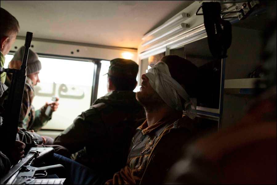 Les réfugiés fuyant les secteurs encore dominés par Daesh, affluent vers la zone maintenant contrôlée par les Peshmergas, des elements de ISIS infiltrés ont été signalés parmis eux. Un des suspects capturés est emmené pour interrogatoire au quartier général de campagne des commandos peshmerga Zeravani, à bord de l'ambulance de l'unité.
