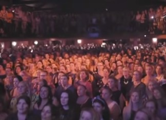 Free Beer and Hot Wings 1,500 Strangers Gather For Beautiful Rendition Of 'I Want It That Way'