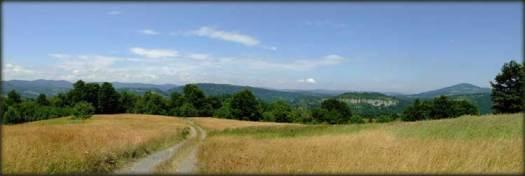 Put po vrhovima Maliničkih grebenova; Dobromirov krš u prvom planu, a Veliki i Mali Malinik u pozadini