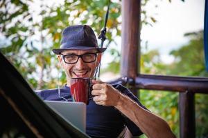 oldman-drink-coffee