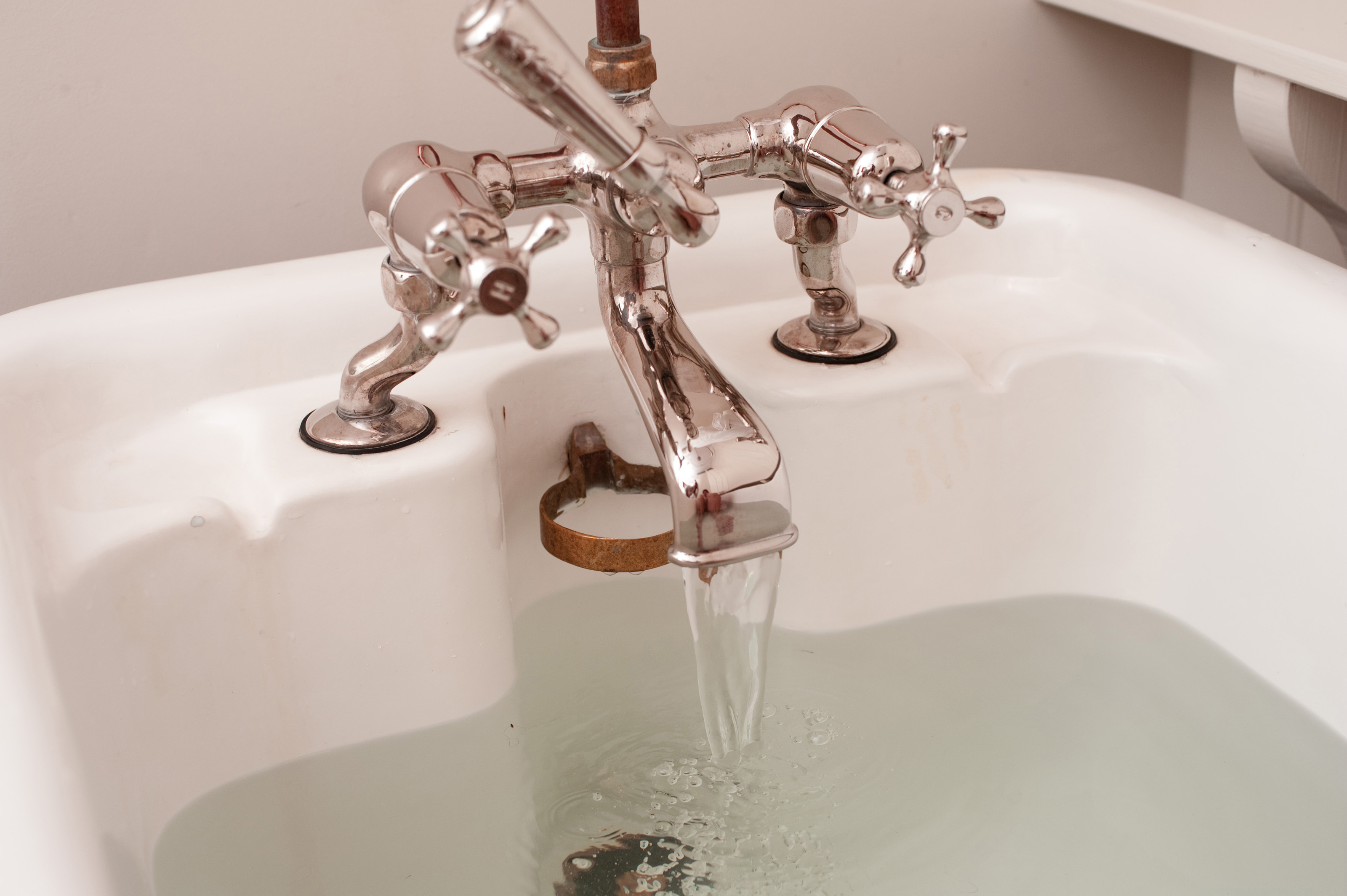 Free Stock Photo 6922 Running a bath  freeimageslive