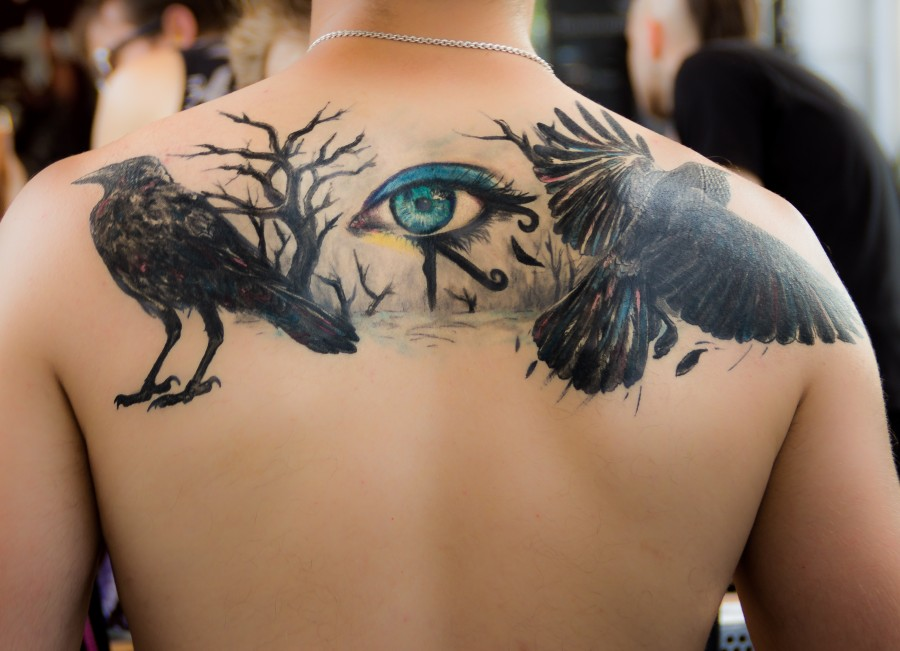 Imagen De Tatuaje De Ojo De Horus En Espalda Masculina Foto