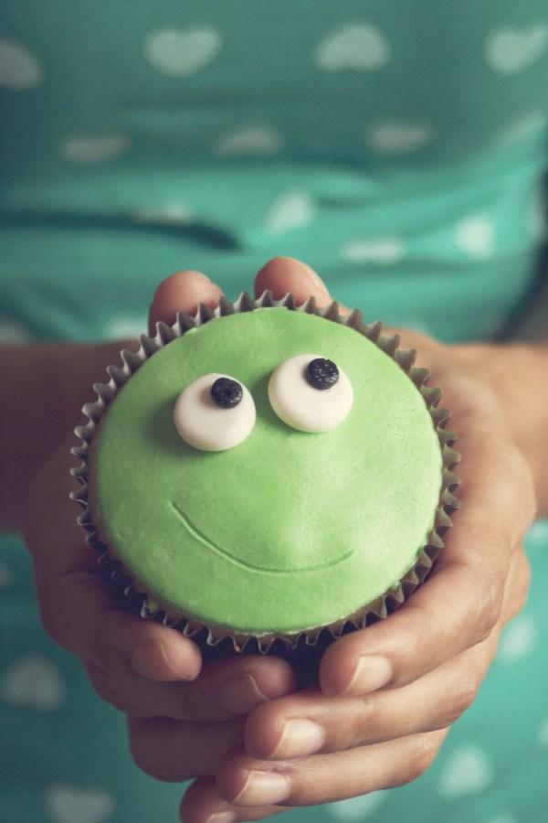 torta, verde, sonrisa, ojos, mirada, concepto, cocina, dulce, postre, verde, primer lano, mano, manos, mujer, agarrando, joven, sostener, ojos, mirada, gracioso, divertido,