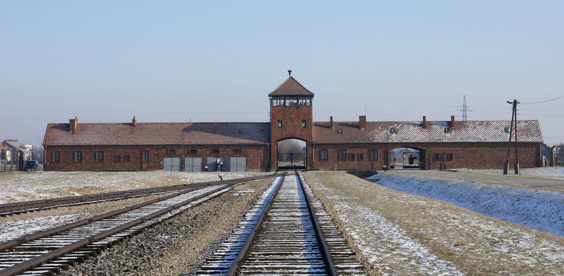 Brána koncentračního tábora Osvětim II / By Bibi595