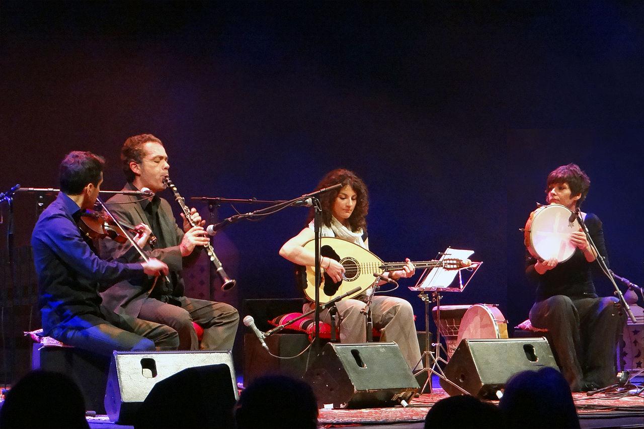 Manos Achalinotopoulos et son ensemble dans le café oriental de Saint-Florent-le-Vieil, photo Jean-Pierre Dalbéra
