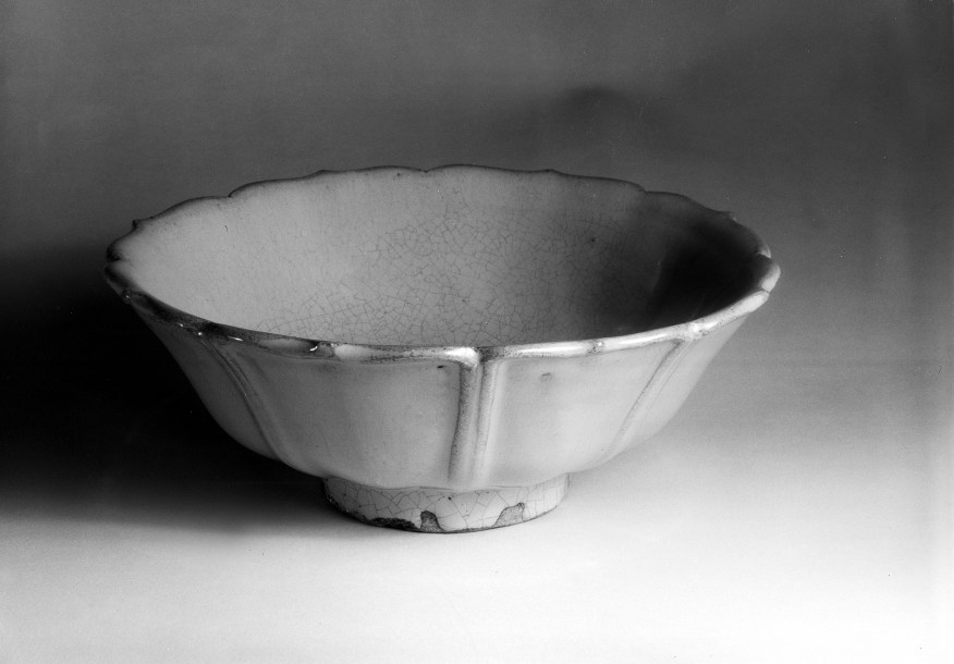 Photo of Glazed stoneware bowl. Qing dynasty, 19th century., Diam: 19 cm. (7 1/2 in.). Singer catalogue number: [1754].