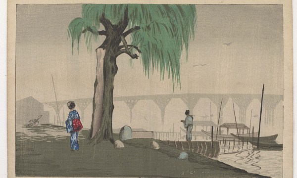 Central to the composition is a venerable willow tree with a white scar from a lightning shear prominent on its trunk. The Ryougoku Bridge is seen in the fog-shrouded distance. Two figures, a man standing on a pier and a woman near the tree, seem to gaze at the massive structure.