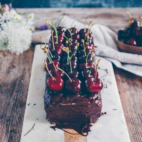 Schokoladenkuchen mit Zucchini und Kirschen