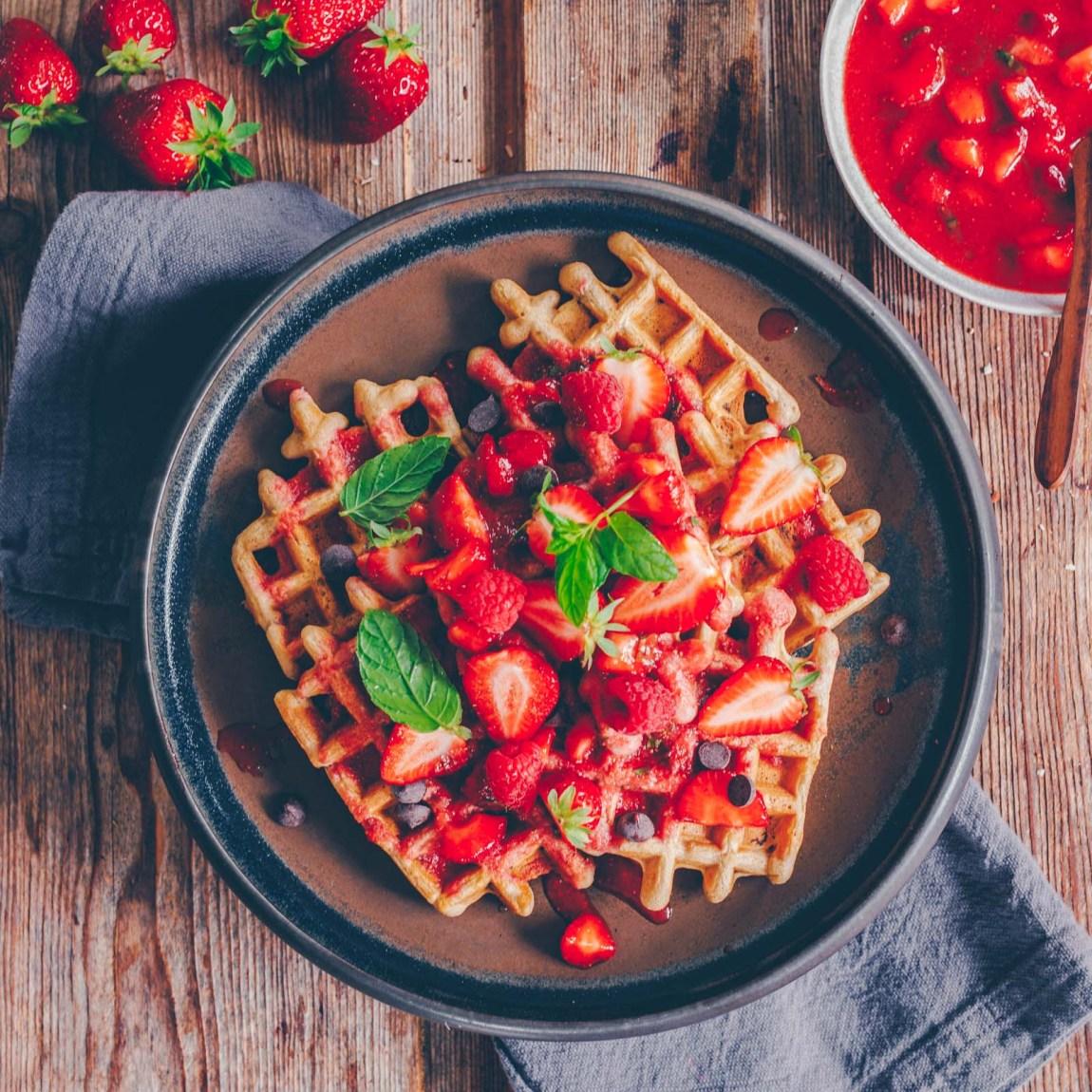 vegane Waffeln mit Erdbeer-Minz-Kompott