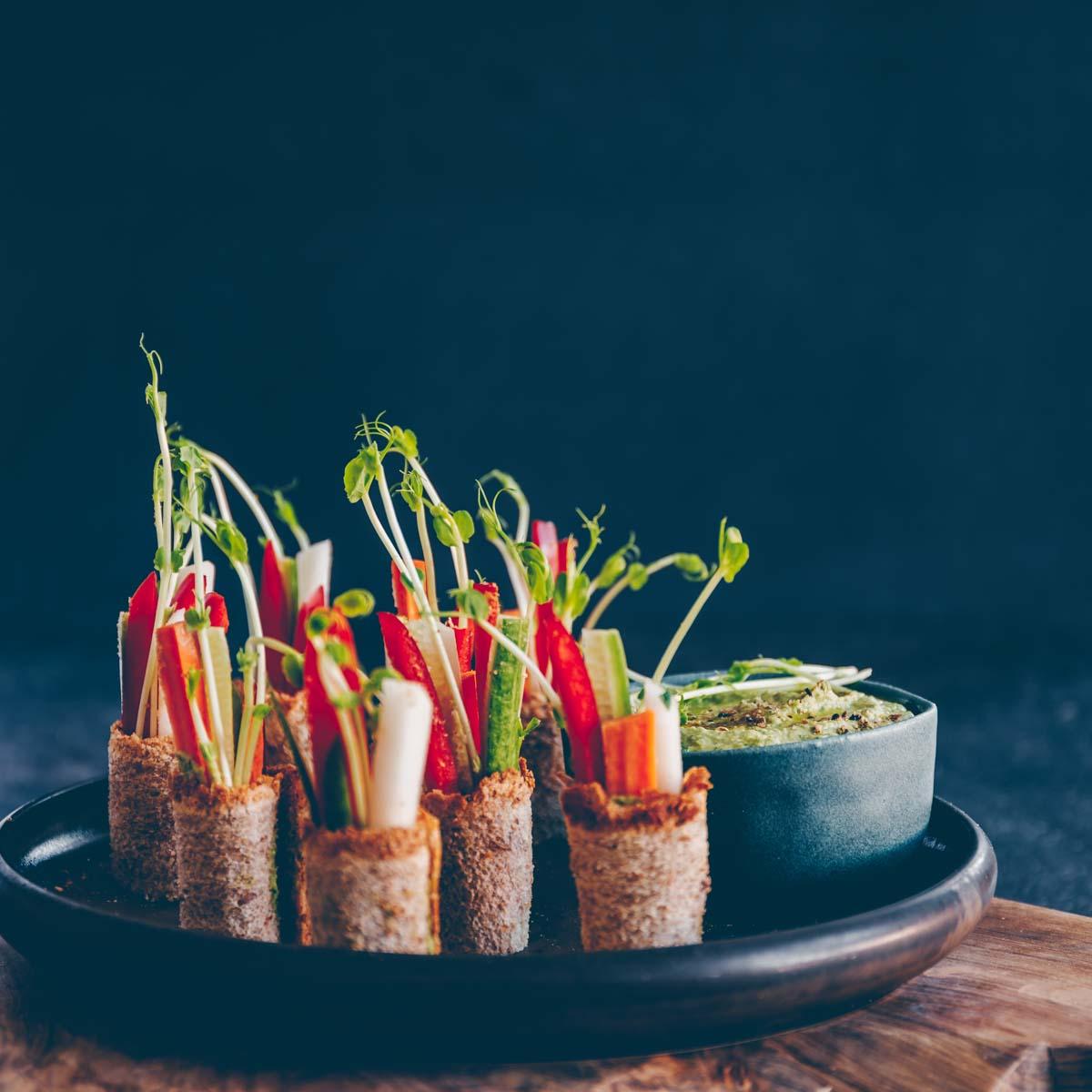 Toast-Röllchen mit Spinat-Hummus