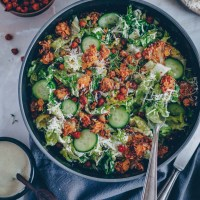 Caesar Salad mit Kichererbsen und knusprigem Blumenkohl
