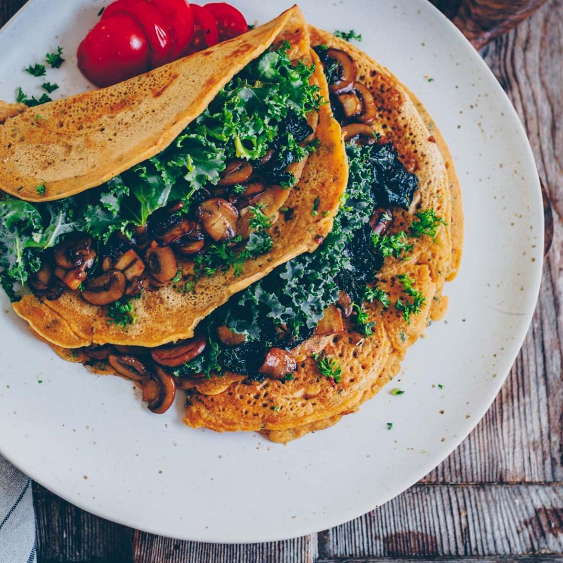 Pfannkuchen Kichererbsenmehl mit Pilzen
