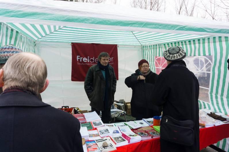 Der Informationsstand des Deutschen Freidenker-Verbandes mit Klaus Linder und Monique Broquard