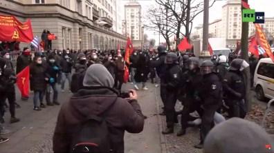 Zugleich fordert der Polizei-Lautsprecher zum Einhalten der Abstände auf, ohne die die Demonstration nicht beginnen könne.