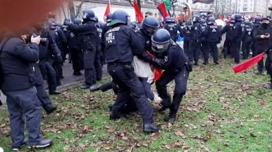 Polizei bei der Arbeit: Rauszerren aus der Menge ...