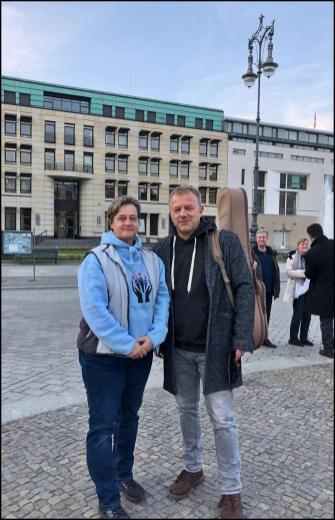 Rednerin Liane Lilinc und Sänger Tino Eisbrenner, der das Abschlusslied sang (siehe auch Video)