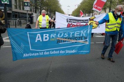 Auf der Demo: Offenbacher Friedensinitiative (Foto: Rainer Golembiewski)