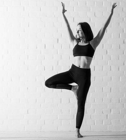 Yoga with Amy in Schwarzweiß