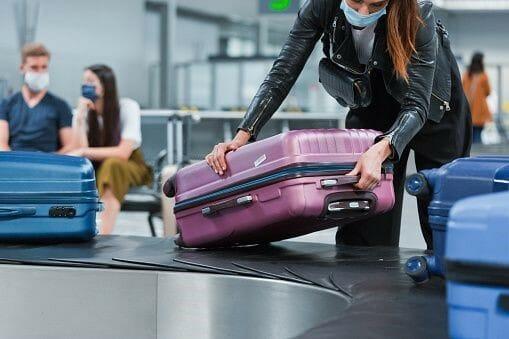 Schülerin mit Koffer