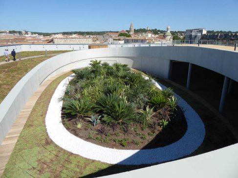 Une oasis couvre le musée de la Romanité, conçue par Elisabeth de Portzamparc et en cours de réception à côté des arènes de Nîmes.