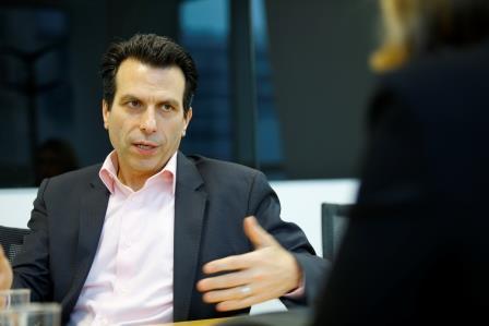 Andrew Anagnost est le PDG du groupe Autodesk. Présent dans l'entreprise depuis 1997, il était auparavant directeur marketing.