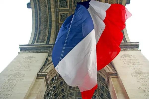 Le drapeau français installé sous l'Arc de Triomphe le 10 novembre 2015 © French Moments