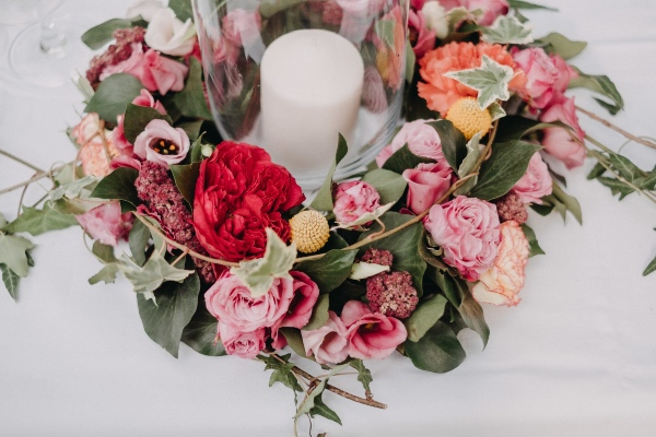 fleurs roses avec bougie blanche