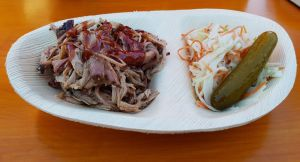 Le pulled pork servi avec son coleslaw et pickle maison