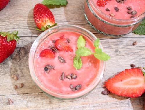 Erdbeere Smoothiebowl mit Minze