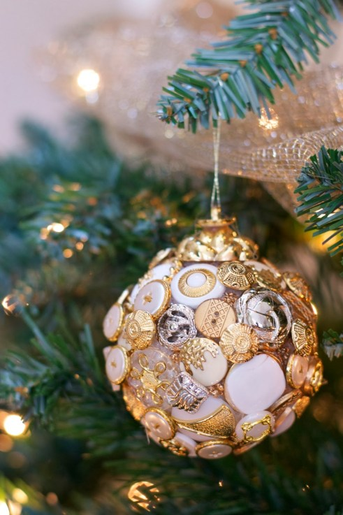 Fab idea for using buttons to make Christmas tree ornaments
