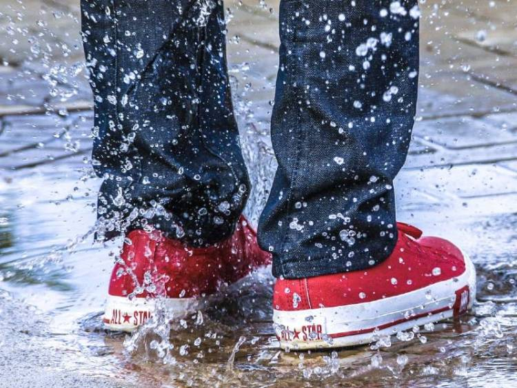 How to waterproof shoes with beeswax