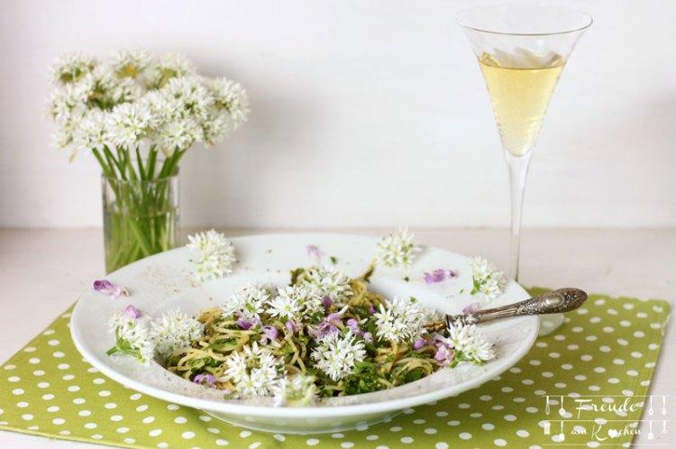 Schnelle Bärlauch Pasta mit Wildkräutern vegan - Freude am Kochen